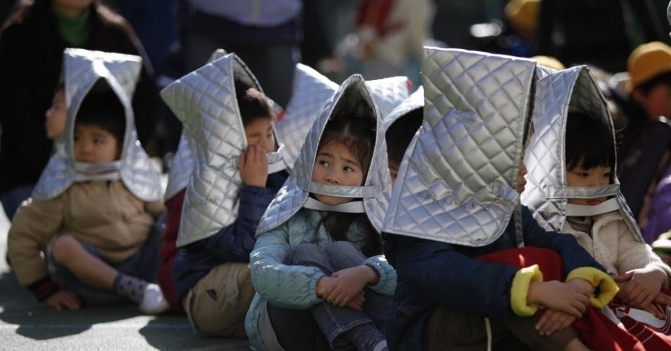 11.mar.2014 - Crianças fazem exercício de simulação de terremoto em uma escola primária de Tóquio, Japão. Escolas no centro capital japonesa relembraram nesta terça-feira (11), o terremoto seguido tsunami que provocou a morte de mais de 15 mil pessoas, e deixou 2.600 desaparecidos em 2011