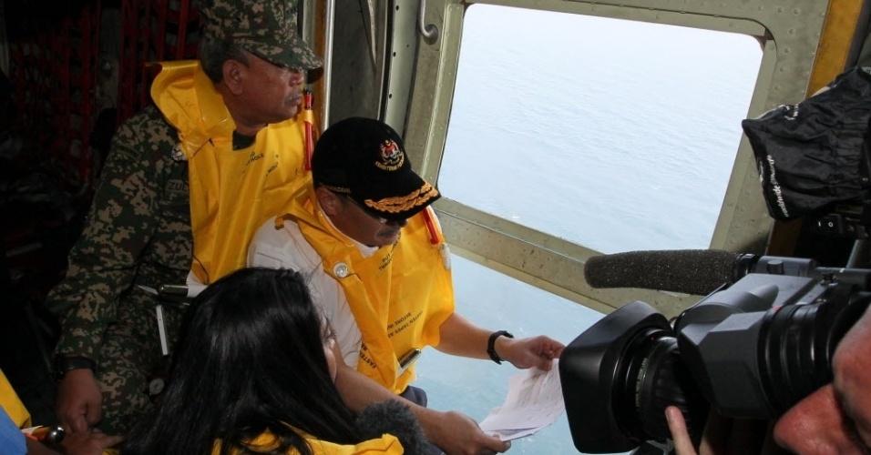 11.mar.2014 - Ministro dos transportes da Malásia, Hishamuddin Hussein (segundo à esq.), e o chefe das Forças Armadas da Malásia, Mohd Zin Zulkifeli (à esq.), a caminho do Estreito de Malaca, nesta terça-feira (11)