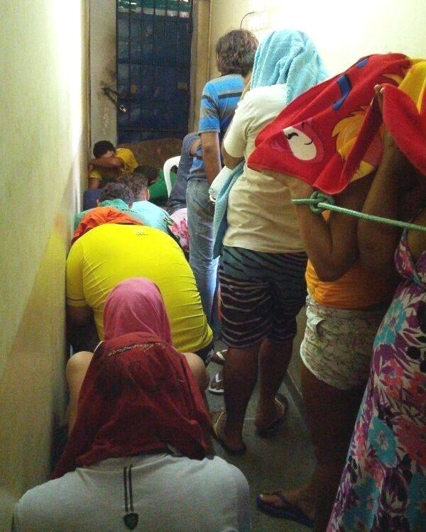 11.mar.2014 - Presos estão amarrados com cordas na delegacia de Macau, no Rio Grande do Norte