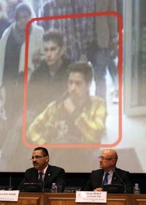11.mar.2014 - Secretário-geral da Interpol, Ronald K. Noble (à esq.) e o diretor executivo dos serviços policias, Jean-Michel Louboutin (à dir.) participam de uma coletiva de imprensa na sede da Interpol em Lyon, na França, nesta terça-feira (11)