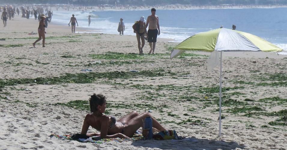 12.mar.2014 - Algas são vistas nas areias da praia de Copacabana no Rio de Janeiro, na manhã desta quarta-feira (12). Ainda não se sabe o que causou a proliferação destes organismos