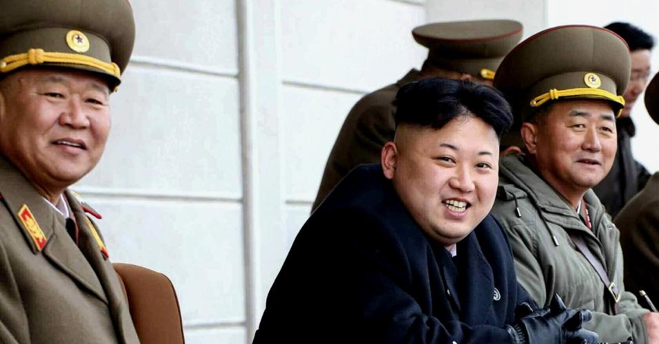 12.mar.2014 - Em imagem sem data, cedida pela agência oficial norte-coreana de notícias nesta quarta-feira (12), o líder do país, Kim Jong-un assiste a prática tiro na academia militar em Pyongyang