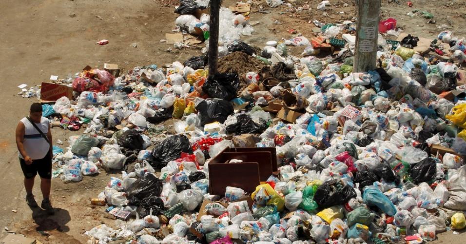 12.mar.2014 - Lixo continua amontoado na praça São Luz, no bairro da Penha, zona norte do Rio de Janeiro, nesta quarta-feira (12), apesar do retorno dos garis ao trabalho, após greve que terminou na semana passada