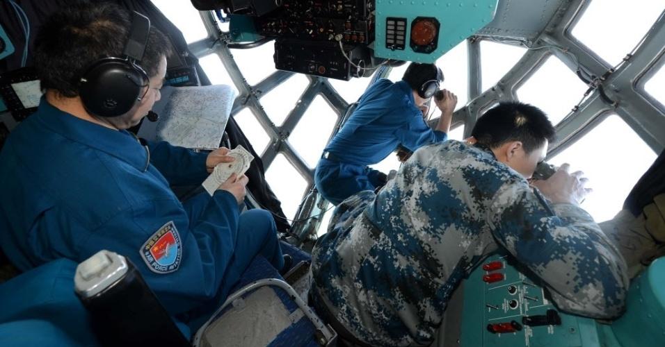 12.mar.2014 - Membros da força aérea chinesa fazem buscas sobre a zona marítima onde desapareceu o voo MH370 da Malaysia Airlines, na Malásia, nesta quarta-feira (12). Satélites de observação da Terra pertencentes a 15 países estão procurando o avião a Malaysia Airlines desaparecido desde sábado (8) com 239 ocupantes, em virtude de um acordo internacional. Além disso, participam da missão de resgate do voo MH-370 aeronaves e embarcações de 20 países