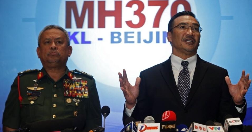12.mar.2014 - O ministro dos Transportes da Malásia, Hishammuddin Bin Tun Hussein (à dir.), e o chefe das Forças Armadas do país, Zulkifeli Mohd Zin, concedem entrevista coletiva em Sepang, na Malásia, sobre o voo MH370 da Malaysia Airlines, que está desaparecido deste o último sábado (8). As áreas de busca da aeronave foram expandidas para o estreito de Malacca, entre a ilha indonésia da Sumatra e a Península Malaia, e o Mar do Sul da China