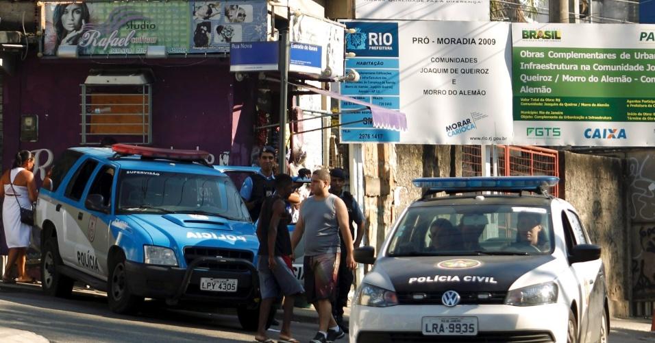 12.mar.2014 - O policiamento está reforçado na manhã desta quarta-feira (12) no Complexo do Alemão, na zona norte do Rio de Janeiro, onde na noite de terça (11) um protesto de moradores provocou o fechamento da estrada do Itararé, na favela da Grota