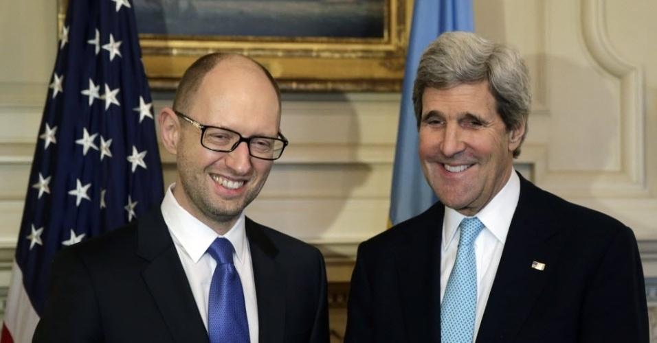 12.mar.2014 - O secretário de Estado norte-americano, John Kerry (à dir.), sorri enquanto posa para foto ao lado do primeiro-ministro ucraniano, Arseniy Yatsenyuk, no Departamento de Estado, em Washington, nesta quarta-feira (12). Kerry viajará a Londres para se encontrar com o seu colega russo, Sergei Lavrov, na próxima sexta, na tentativa de aliviar as tensões sobre a Ucrânia, com o referendo na região da Crimeia prestes a acontecer --foi marcado para o próximo domingo