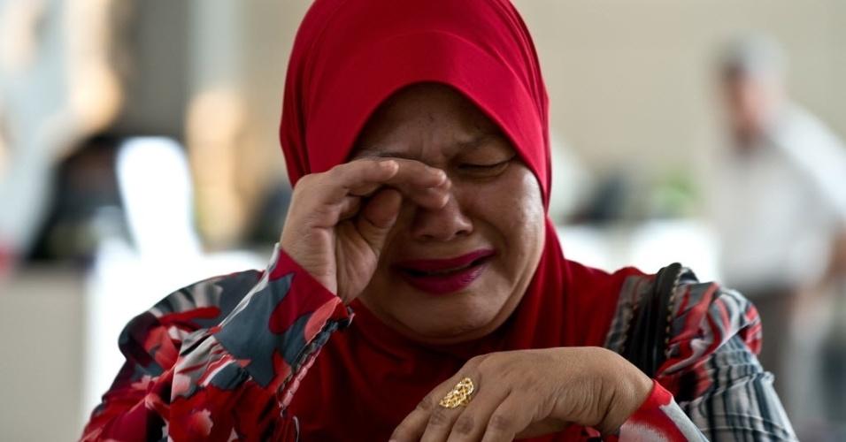 12.mar.2014 - Parente de passageiro do voo MH370, da Malaysia Airlines, chora ao chegar a hotel em Putrajaya, a 25 km de Kuala Lumpur, na Malásia