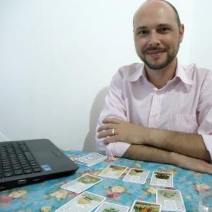 O cartomante Dênis Maapelli, 35, diz que nove entre dez atendimento que faz são via Skype