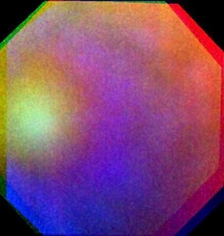 """13.mar.2014 - Fenômeno semelhante a um arco-íris - e conhecido como """"glória"""" - foi pela primeira vez fotografado em outro planeta. A espaçonave Venus Express, da Agência Espacial Europeia (ESA, na sigla em inglês), que decolou em 2005 com a missão de estudar o planeta vizinho, fotografou as nuvens venusianas em posição adequada para registrar a glória, e conseguiu.Arco-íris e glórias ocorrem quando a luz do Sol brilha sobre as gotas de uma nuvem - que, no caso da Terra, são de água. Glórias só são vistas quando o observador estiver localizado entre o Sol e as partículas que refletem a luz"""
