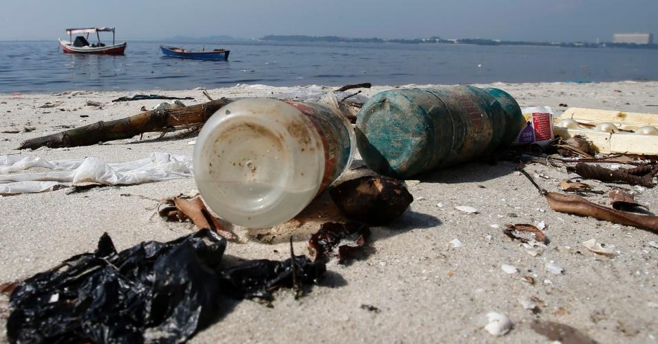 13.mar.2014 - Garrafas de plástico são vistas na praia do Galeão, na Baía de Guanabara, no Rio de Janeiro