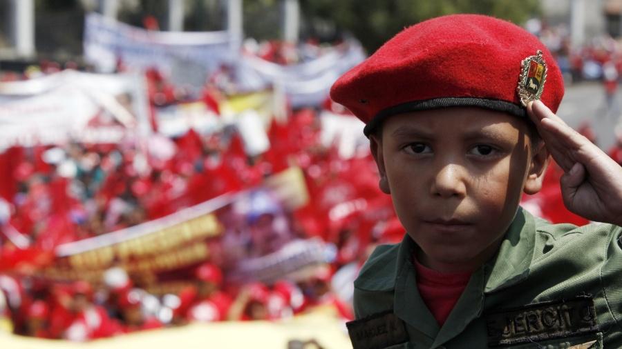13.mar.2014 - Uma criança participa de um protesto da classe trabalhadora nacional em homenagem ao falecido presidente da Venezuela, Hugo Chávez, em Caracas - Gregorio Teran / AVN/ Xinhua