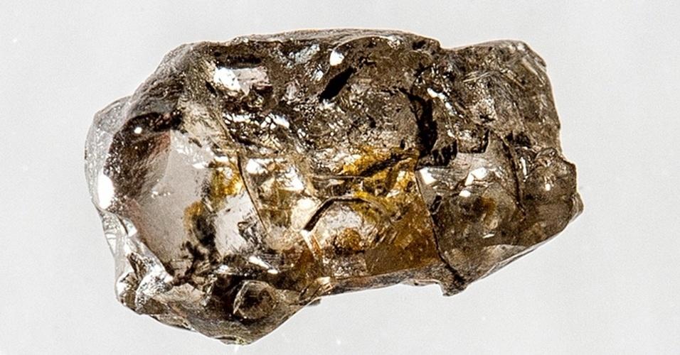 """13.mar.2014- DIAMANTE COM ÁGUA - Com apenas 5 milímetros, este diamante formado no manto profundo da Terra de um mineral nunca encontrado em rochas na Terra indica a presença de grande quantidade de água no interior do nosso planeta, diz um estudo publicado na revista """"Nature"""""""
