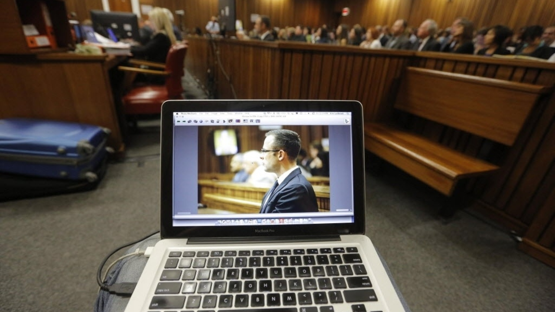 14.mar.2014 - Fotografia do sul africano paraolímpico Oscar Pistorius na tela de um laptop, durante o julgamento aberto contra ele pelo assassinato de sua namorada, no Tribunal Superior de Pretória, na África do Sul