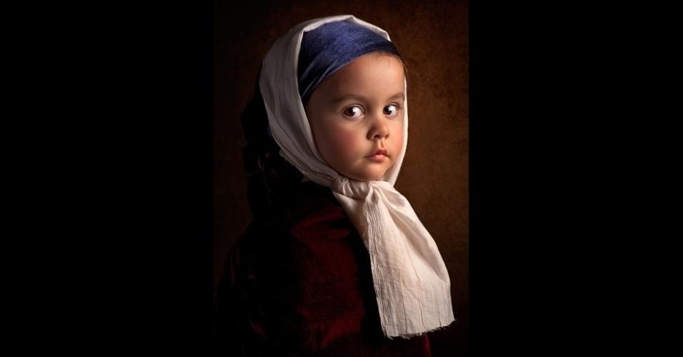 14.mar.2014 - Na foto acima, Gekas decidiu prestar uma segunda homenagem a Vermeer chamando-a de 'Moça sem brinco'. O fotógrafo registrou a imagem com dois feixes de lus e adereços feitos de recortes de roupa e de veludo de uma loja de roupas