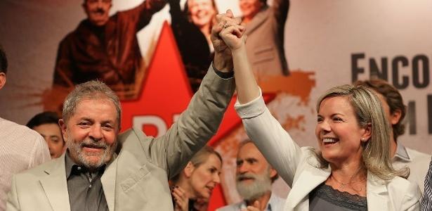 O ex-presidente Lula e a senadora Gleisi Hoffmann juntos durante evento do PT em Curitiba, em 2014