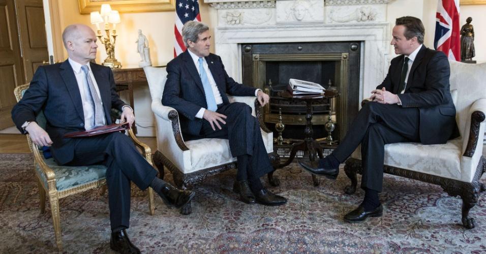 14.mar.2014 - O primeiro-ministro britânico, David Cameron (à dir.) e secretário de Relações Exteriores, William Hague (à esq.), se reuniram com o secretário de Estado dos EUA, John Kerry (ao centro), em Downing Street, no centro de Londres, na Inglaterra, para discutir sobre como evitar uma possível anexação russa da Crimeia