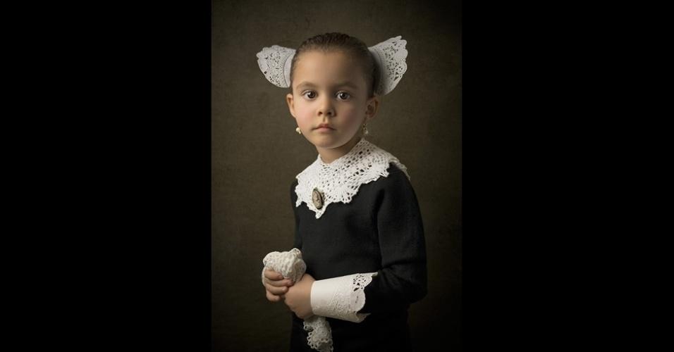 14.mar.2014 - Para imitar os retratos a óleo antigos, Gekas lançou mão de figurinos de época, cenários meticulosamente montados e técnicas de iluminação depuradas. A foto acima se chama 'Doilies in Delft' – o pintor Johannes Vermeer (1632-1675) nasceu na cidade holandesa de Delft