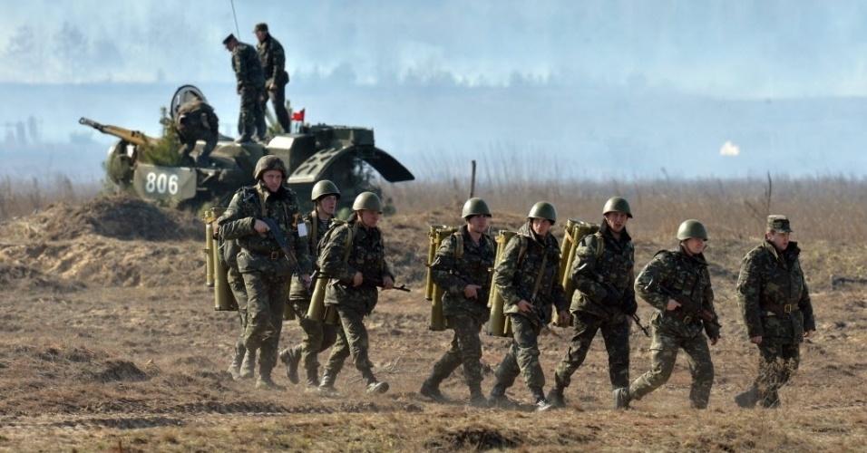 14.mar.2014 - Soldados ucranianos participam de um exercício militar perto da pequena cidade de Goncharovskoye, a cerca de 150 km de Kiev, na Ucrânia, nesta sexta-feira (14)