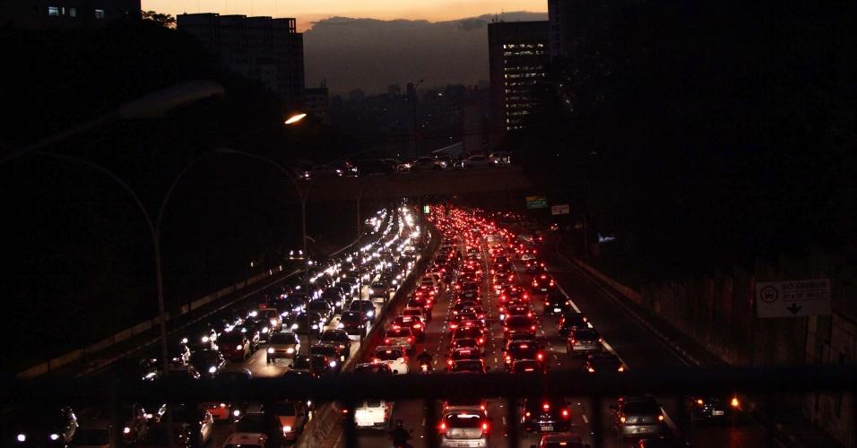 14.mar.2014 - Veículos ficam enfileirados na avenida 23 de Maio, nos dois sentidos, próximo ao viaduto Santa Generosa, no bairro do Paraíso, na zona sul de São Paulo, após forte chuva que atingiu a capital paulista nesta sexta-feira (14). A cidade de São Paulo registrou trânsito recorde do ano nesta sexta-feira (14). Segundo a CET (Companhia de Engenharia de Tráfego), a cidade tinha 232 km de congestionamento por volta das 19h; ou seja, 26,73% dos 868 km de vias monitoradas