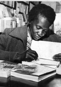 """A escritora brasileira Carolina Maria de Jesus durante noite de autógrafos do lançamento de seu livro """"Quarto de Despejo"""", em uma livraria na rua Marconi, em São Paulo, em 1960"""