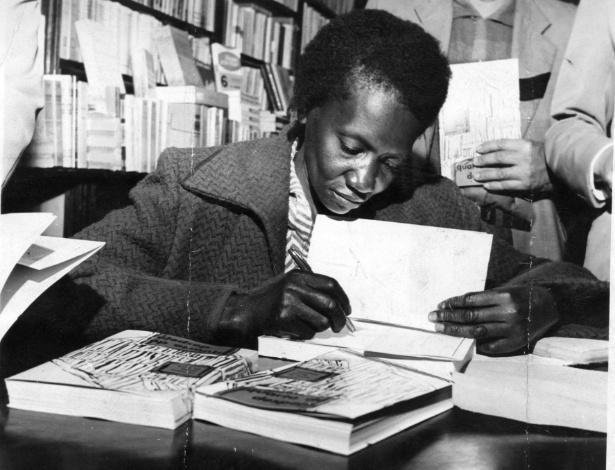 """A escritora brasileira Carolina Maria de Jesus durante noite de autógrafos do lançamento de seu livro """"Quarto de Despejo"""", em uma livraria na rua Marconi, em São Paulo (SP), no ano de 1960 - Acervo UH/Folhapress"""