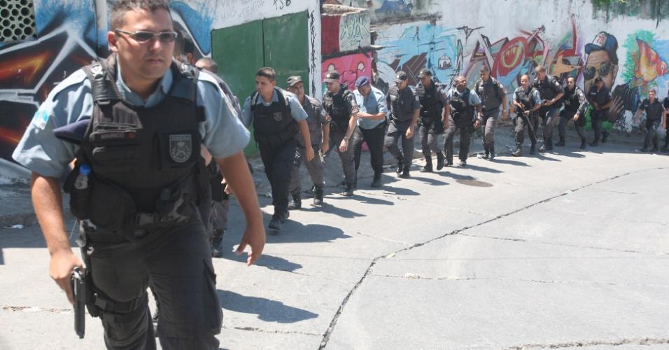 15.mar.2014 - O Bope (Batalhão de Operações Especiais) da Polícia Militar do Rio de Janeiro, faz treinamento com soldados no Complexo do Alemão, na zona Norte da cidade, após série de mortes de policiais no conjunto de favelas