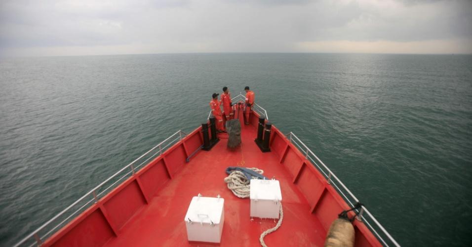 15.mar.2014 - Oficiais das Filipinas participam de busca do avião da Malaysia Airlines no oceano Índico, próximo à Ilha de Sumatra, na Indonésia