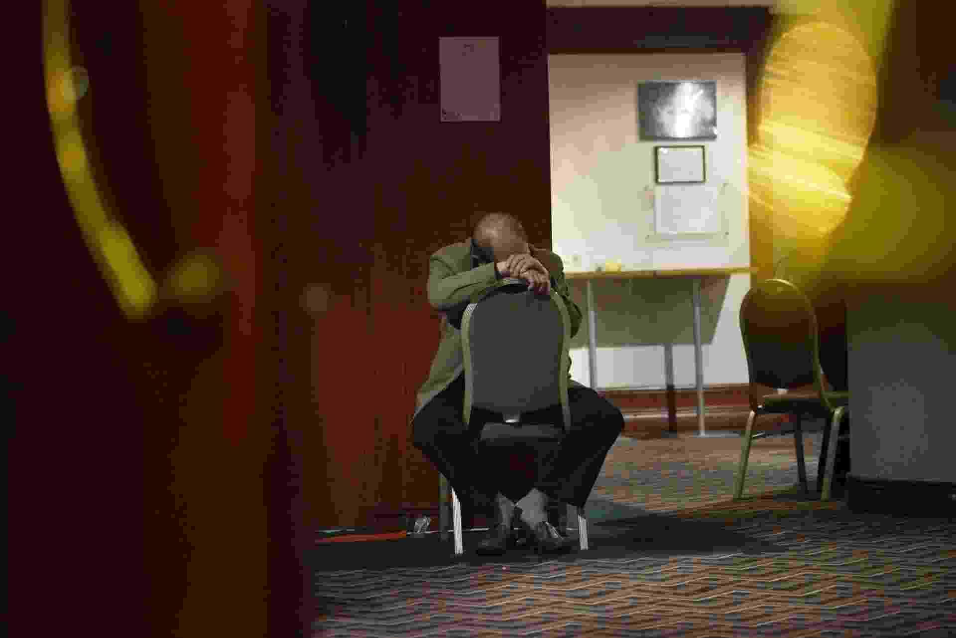15.mar.2014 - Parente de um dos desaparecidos com o voo da Malaysia Airlines aguarda informações em um hotel em Pequim - Wang Zhao Org/AFP