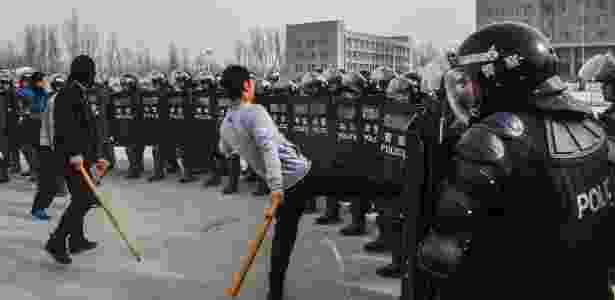 15.mar.2014 - Policiais participam de treinamento em Kashgar, na China - Zhao Ge/ Xinhua
