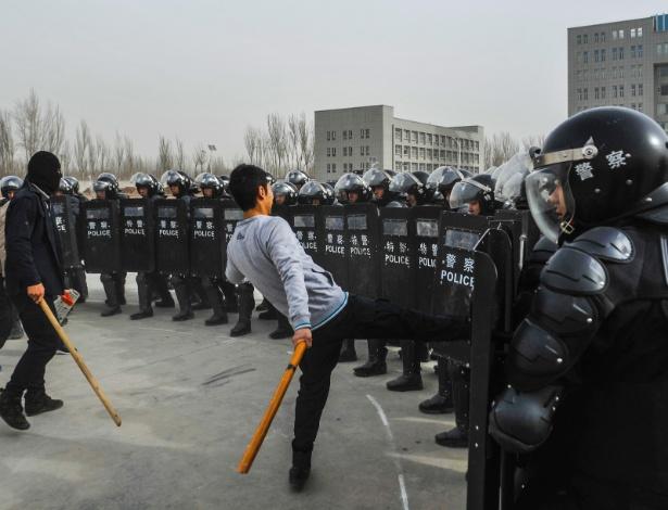 15.mar.2014 - Policiais participam de treinamento em Kashgar, na China