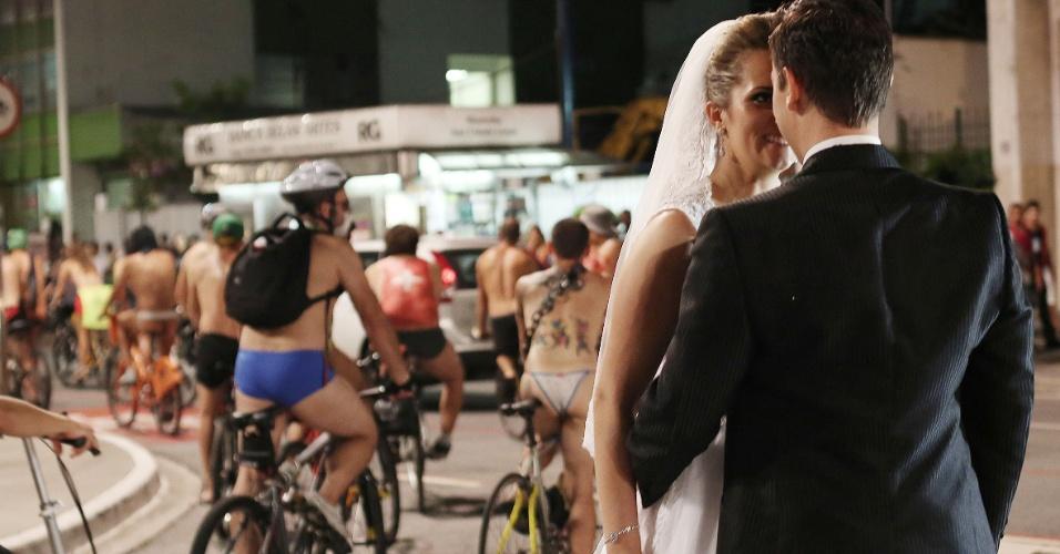15.mar.2014 - Noivos posam para fotografia durante protesto de ciclistas nus ou vestindo apenas trajes mínimos que percorreu ruas e avenidas de São Paulo na noite deste sábado