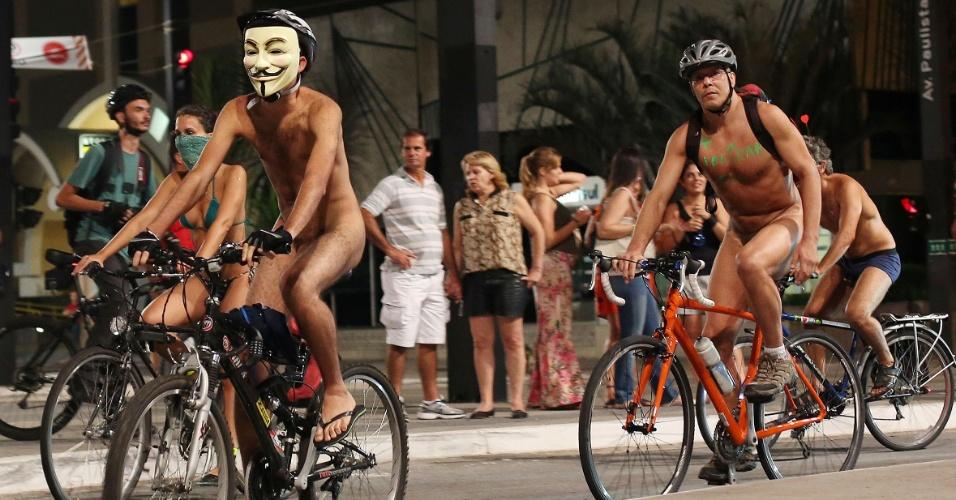 15.mar.2014 - Nus ou vestindo trajes mínimos, cerca de cem ciclistas participam de um protesto que percorreu ruas e avenidas de São Paulo na noite deste sábado