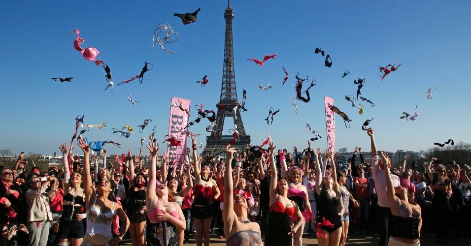 16.mar.2014 - Mulheres jogam sutiãs para o alto em ato pela conscientização e combate do câncer de mama, próximo à Torre Eiffel, em Paris. A Pink Bra Bazaar (Sutiã Rosa Bazar, em português), que organizou o evento, é uma instituição de caridade dedicada à saúde da mulher