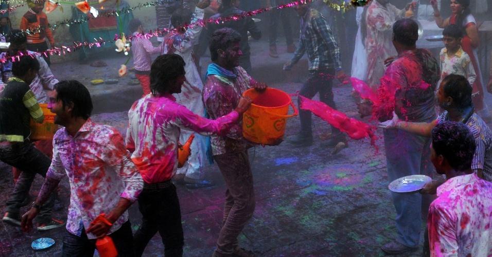 16.mar.2014 - Pessoas de todas as idades participam do Festival Holi, em que se pintam com pós coloridos, na Índia