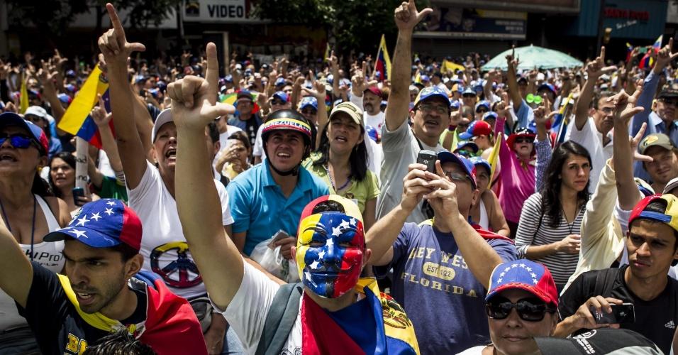 16.mar.2014 - Um grupo de pessoas participa de manifestação contra o governo do presidente Nicolás Maduro, neste domingo (16), em Chacao, na Venezuela