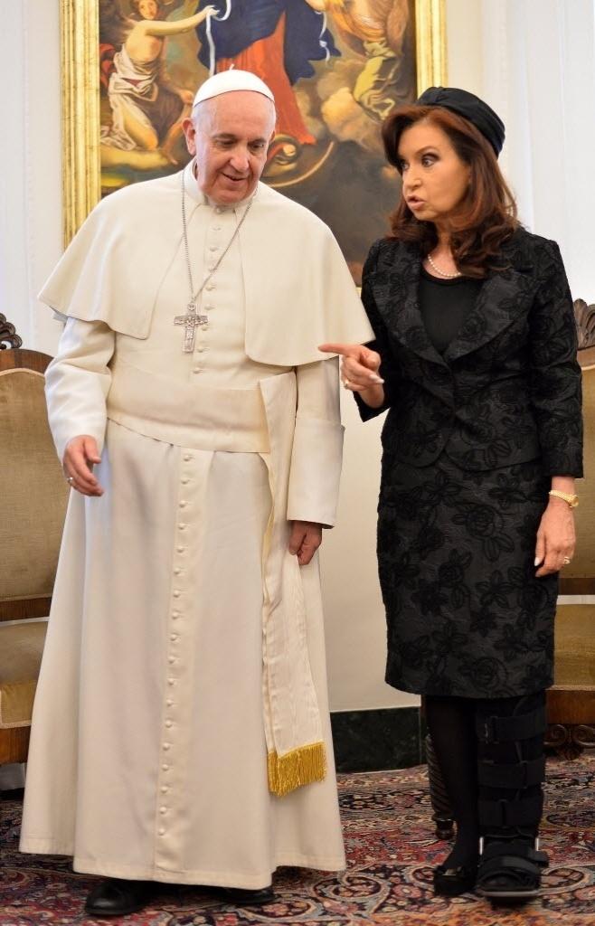17.mar - Com pé imobilizado, a presidente da Argentina, Cristina Kirchner encontra-se com o papa Francisco durante uma audiência privada no Vaticano .