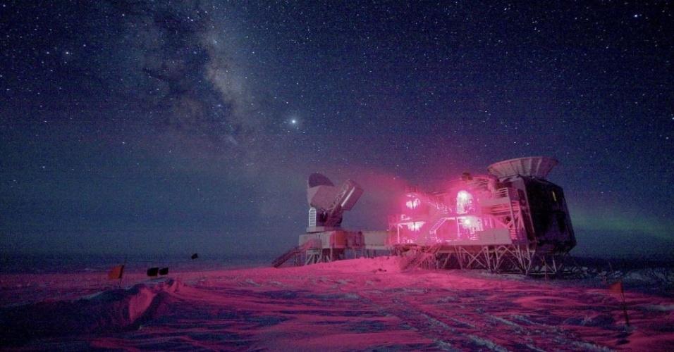 """17.mar.2014 - Fotografia fornecida pela Fundação Nacional de Ciência americana, datada de agosto de 2008, mostra o telescópio BICEP2 (em primeiro plano) instalado em um laboratório no pólo sul. Uma equipe de cientistas dos Estados Unidos detectou, pela primeira vez, através deste telescópio, as """"ondas gravitacionais primordiais"""" que foram geradas após a criação do universo com o Big Bang"""