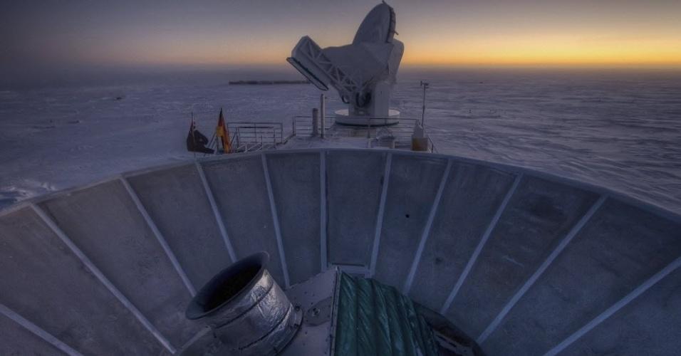 """17.mar.2014 - Fotografia fornecida pela Universidade de Harvard, datada de 31 de março de 2007, mostra o telescópio BICEP2 (em primeiro plano) instalado em um laboratório no pólo sul. Uma equipe de cientistas dos Estados Unidos detectou, pela primeira vez, através deste telescópio, as """"ondas gravitacionais primordiais"""" que foram geradas após a criação do universo com o Big Bang. Essa descoberta espetacular, feita por especialistas dignos do Prêmio Nobel foi anunciada nesta segunda-feira (17), pelo Centro Harvard-Smithsonian de Astrofísica, em Massachusetts, nos Estados Unidos"""