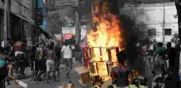 Moradores do Morro da Congonha fizeram protesto na avenida Ministro Edgar Romero, logo após o sepultamento de Cláudia Ferreira da Silva - Alessandro Costa/ Agência O Dia/ Estadão Conteúdo