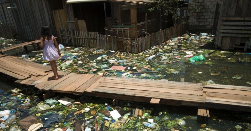 17.mar.2014 - Moradores dos bairros Invasão dos Padres e Açaisal ainda sofrem com a enchente devido a cheia do rio Xingu que atinge toda a região de Altamira, no sudoeste do Pará. Mais de 500 famílias já foram atingidas pelos alagamentos