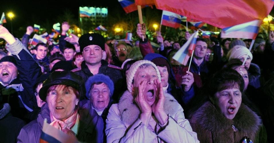 17.mar.2014 - Mulheres comemoram resultado do referendo da Crimeia em praça de Sevastopol, neste domingo (16). Mais de 90% dos habitantes da região ucraniana decidiram pela unificação com a Rússia
