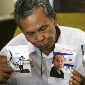 Selamat Omar mostra fotos de seu filho, Khairul, engenheiro de aviação - Ahmad Yusni/Efe