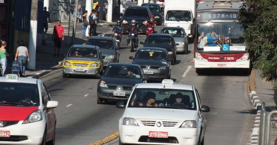 17.mar.2014 - Taxi trafega no corredor de ônibus na estrada do M?Boi Mirim, zona sul de São Paulo. A partir desta segunda-feira (17), os táxis não podem mais circular pelos corredores de ônibus de segunda a sexta-feira em horário de pico --das 6h às 9h e das 16h às 20. A medida passa a valer está semana, mas a fiscalização e aplicação de multas só valerão a partir de 14 de abril
