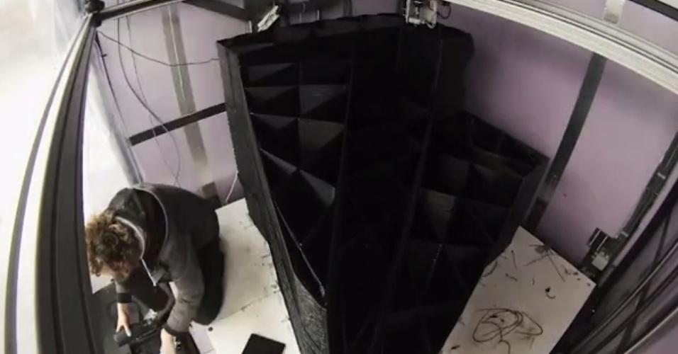Arquitetos holandeses estão construindo uma casa a partir de peças feitas com uma impressora 3D. O escritório Dus, em Amsterdam, é responsável pelo projeto. A ideia é que as peças possam ser montadas e desmontadas ? tal qual o brinquedo Lego ? para mudar o design da construção. Uma impressora com seis metros de altura é usada no projeto e demora cerca de uma semana para fazer cada peça (no total, a Dus estima que levará três anos para concluir a casa). Elas recebem ainda concreto para ficar mais resistentes. Acima, uma peça sendo impressa