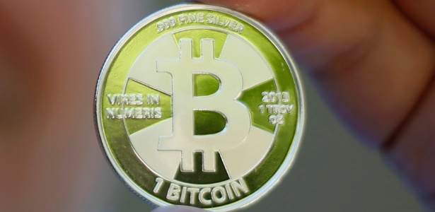Modelo representa 1 bitcoin em formato físico; por contar com certo anonimato, moeda é usada para crimes