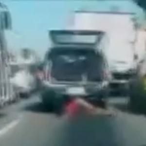A mulher foi arrastada no caminho do hospital após o porta-malas onde havia sido colocada pela Polícia Militar se abrir - Reprodução/Extra