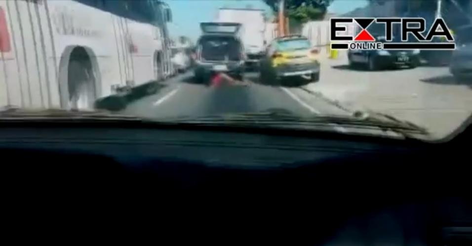 Mulher ferida durante uma ação policial na comunidade da Congonha, em Madureira, zona norte do Rio de Janeiro, é arrastada no caminho do hospital após o porta-malas onde havia sido colocada pela Polícia Militar se abrir com o carro em movimento