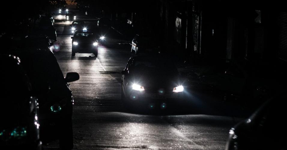 18.mar.2014 - A energia parou de ser fornecida no bairro de perdizes durante o período da tarde e parte da noite. Na foto carros passam pela rua Apiacas, por volta das 20:30 horas da noite