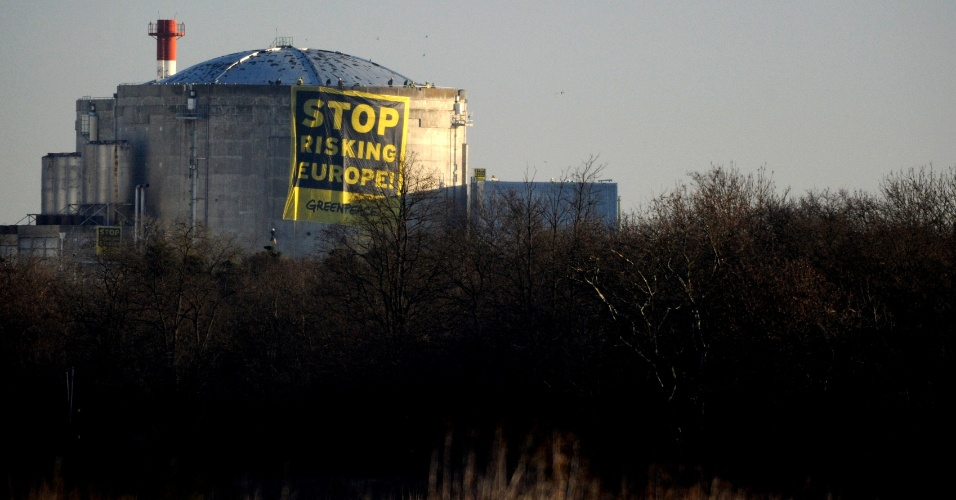 18.mar.2014 - Militantes do Greenpeace instalam banner dizendo